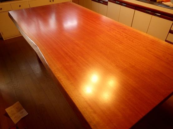 アフリカ材のボセ(通称アフリカ桜)のダイニングテーブルです。 長さおよそ2200ミリ×幅1100ミリ×天板厚み65ミリ ウレタン塗装仕上げ