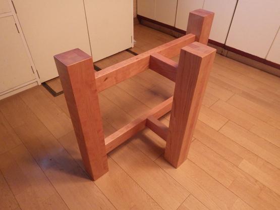 脚の材種はチェリーです。 横にして使用するとローテーブルの脚としても使用できます。