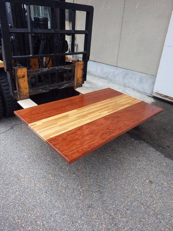 ブビンガ テーブル天板 長さ1410ミリ×幅845ミリ×厚さ25ミリ アガチスの積層材を上杢のブビンガで挟んだテーブルの天板です。ラッカー塗装仕上げです。裏側に反り止めの桟が取り付けてあります。この商品は送料は別途とさせていただきます。お問合せください。