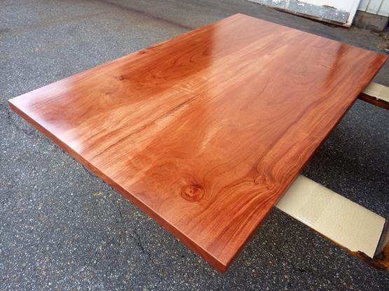 ブビンガ テーブル天板 長さ1505ミリ×幅930ミリ×厚さ40ミリ 2枚の板を接ぎ合せてあります。ラッカー塗装仕上げです。この商品は送料は別途とさせていただきます。お問合せください。