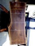 ブラックウォールナット 2150×900×84 耳付きの板です。上端に300ミリの割れがあります。テーブルの天板に使用できそうです。