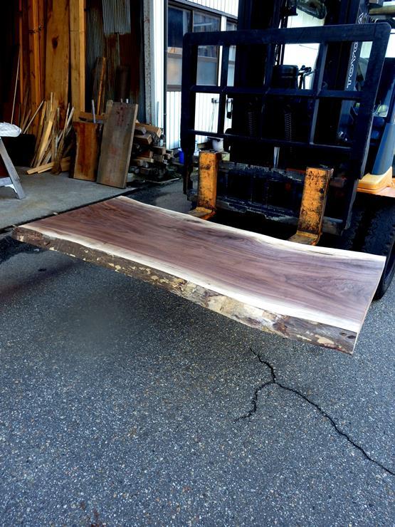 ブラックウォールナット 長さ1650ミリ×幅810ミリ×厚さ55ミリ 耳付きの板です。幅方向に一部ほんの少し反りがあります。加工してフラットにすると厚みは50ミリ前後になると思われます。テーブル天板にいかがでしょうか。この商品は送料は別途とさせていただきます。お問合せください。
