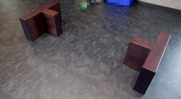 テーブルを載せる一対の脚