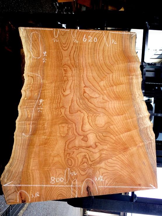 欅 長さ820ミリ×幅800ミリ×厚さ45ミリ 耳付きの上杢の板です。上端に80ミリの割れがあります。また入皮や虫穴があります。看板板や座卓などに使えそうです。