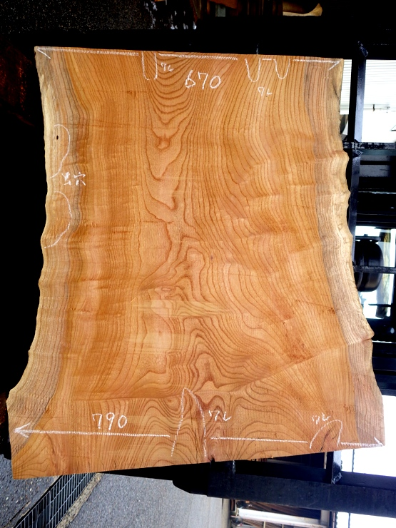 欅 長さ810ミリ×幅790ミリ×厚さ40ミリ 耳付きの上杢の板です。上端に50ミリ、下端に140ミリの割れがあります。看板板や座卓などに使用できそうです。