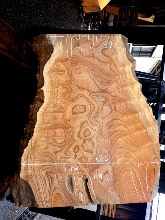 欅 長さ820ミリ×幅680ミリ×厚さ40ミリ 耳付きの上杢の板です。割れや入皮があります。看板板や座卓に使用できそうです。
