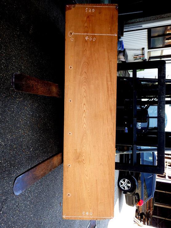 欅 長さ2160ミリ×幅525~540ミリ×厚さ60ミリ 式台の古材です。表面に上り框を取り付けてあった釘の穴が開いています。長さ方向にほんの少し反りがあります。式台として使用するには、再度削り直す必要があります。この商品は送料は別途とさせていただきます。お問合せください。
