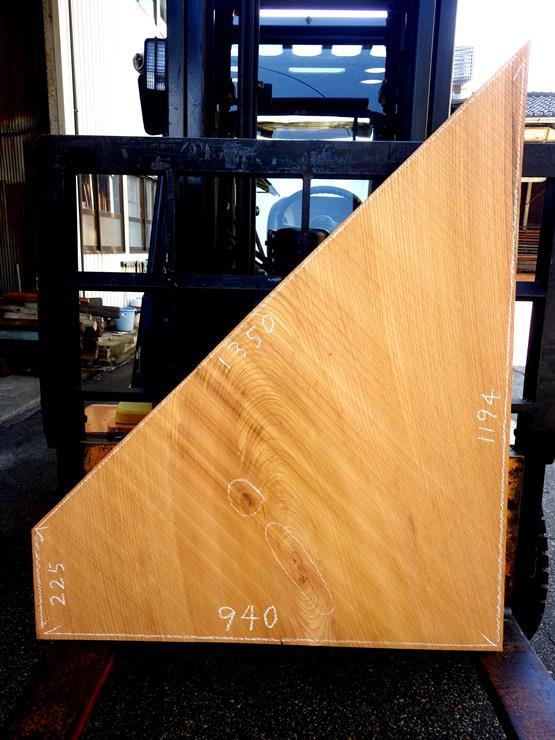 欅 長さ1194ミリ×幅940ミリ×厚さ40ミリ 割れや入皮があります。一部欠けているところがあります。形の面白いテーブルの天板にいかがでしょうか?この商品は送料は別途とさせていただきます。お問合せください。