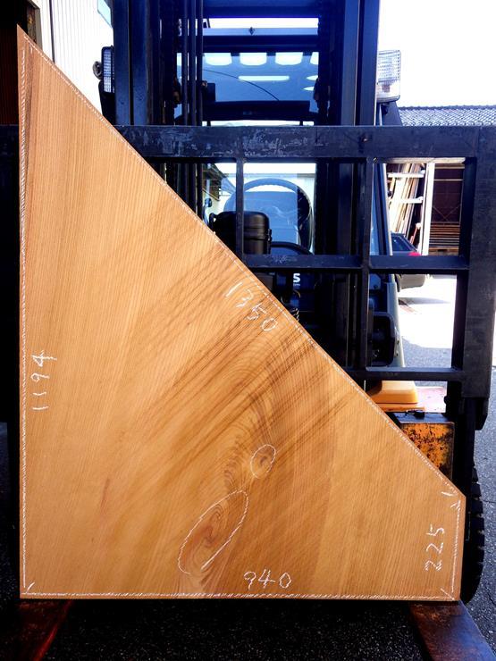 欅 長さ1194ミリ×幅940ミリ×厚さ42ミリ 木裏使いの板のためこちら側は木裏です。割れや入皮があります。面白い形のテーブルの天板にいかがでしょうか?この商品は送料は別途とさせていただきます。お問合せください。