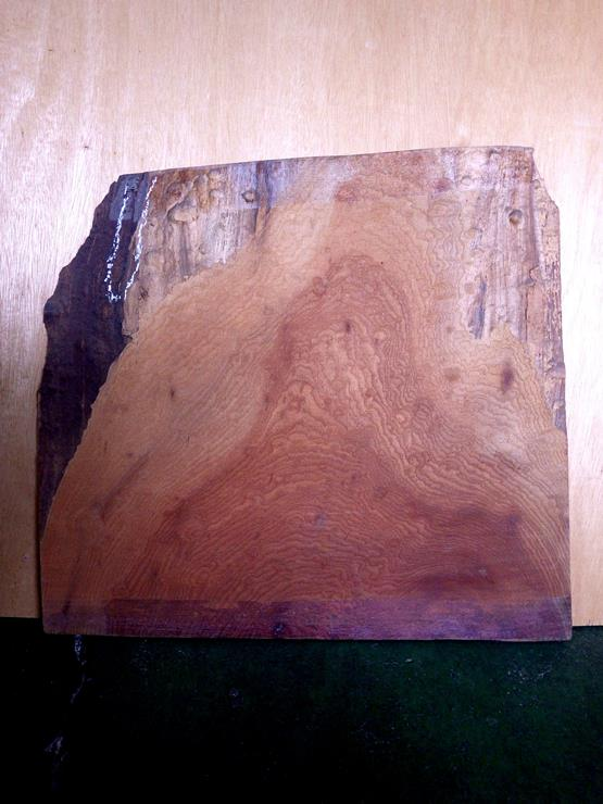欅 長さ530ミリ×幅620ミリ×厚さ1~18ミリ 玉杢の現れた薄板です。左上に一部割れがあります。上の左右両端の耳の部分の厚みが薄くなっていますが、そのほかの部分はほぼ18ミリの厚みです。上端の部分がほんの少し波打つようにゆがんでいます。