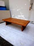 欅ローテーブル 1200×600×350 天板厚み40 天板は2枚の欅をつなぎ合わせてあります。コーヒー系の染料で着色してありますのでほんの少し香りがします。塗装は表面に塗膜を作らない自然塗料仕上げとなっています。撥水性はありますが、長時間濡れたままにしておくと水分がしみ込んでシミになることがあるので、濡れたときは早めに乾いた布でふき取っておいたほうがよいでしょう。