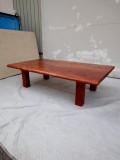 ブビンガローテーブル 幅1240×奥行き700×高さ330 天板厚み30ミリ 塗装は赤銅色で着色後、自然塗料(オスモカラー)にて仕上げてあります。脚はボルトによる組み立て式となっています。4本の脚のうちの1本のボルトの締りが弱いですが、テーブルの使用には問題ありません。