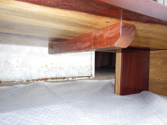 天板の裏側には反り止めの桟がついています。