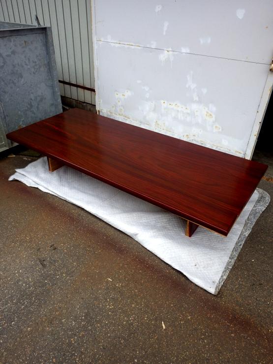 パドック ローテーブル 天板長さ1825ミリ×幅770ミリ×厚さ40ミリ 床から天板までの高さ345ミリ 6枚のパドックを接ぎ合わせてあります。天板は脚の上にのせるだけとなっています。この商品は送料は別途とさせていただきます。お問合せください。