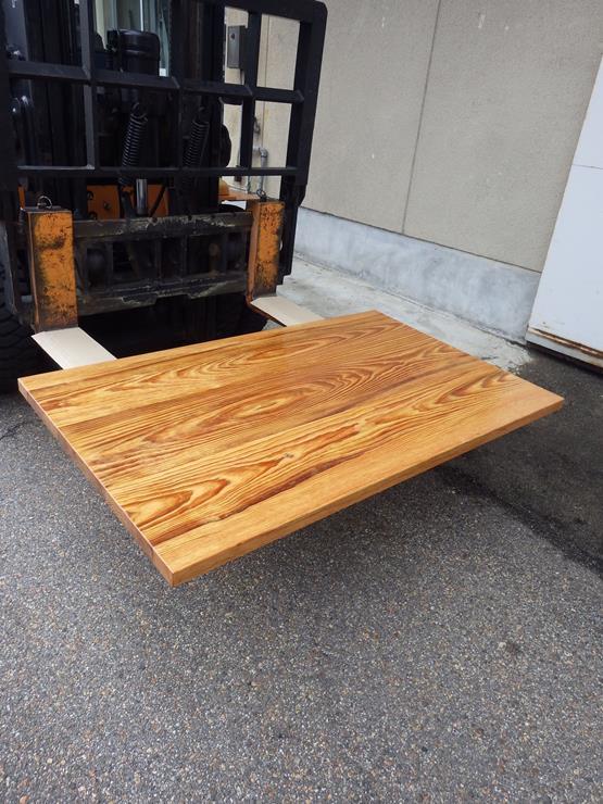 脂松 テーブル天板 長さ1300ミリ×幅795ミリ×厚Wさ35ミリ 3枚の板を接ぎ合せてあります。ラッカー塗装仕上げです。この商品は送料は別途とさせていただきます。お問合せください。