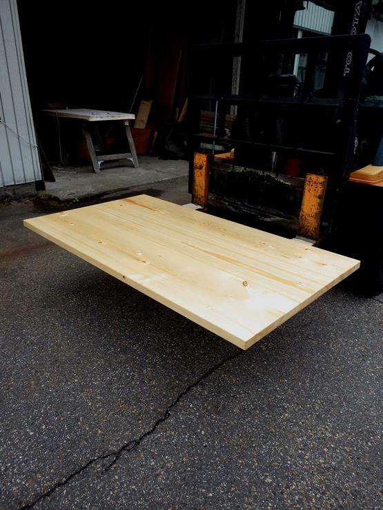 松テーブル天板 長さ1590ミリ×幅898ミリ×厚さ40ミリ 3枚の板を接ぎ合せています。ラッカー塗装仕上げです。この商品は送料は別途とさせていただきます。お問合せください。