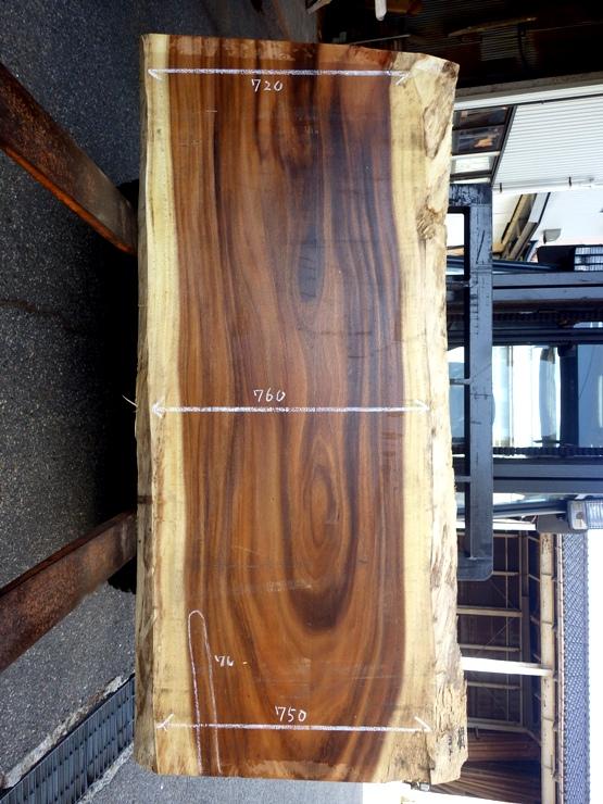 モンキーポッド 長さ1960ミリ×幅940ミリ×厚さ68 耳付きの板です。下端に390ミリの割れがあります。この商品は送料は別途とさせていただきます。お問合せください。
