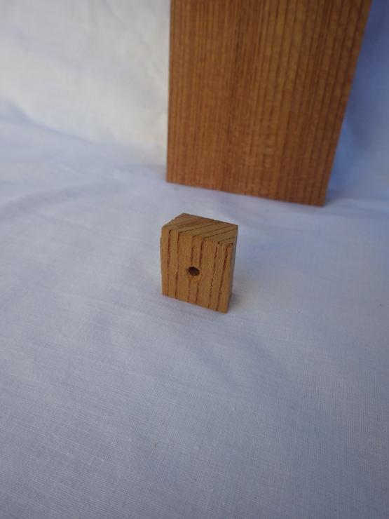 手前の小さな欅を外壁に釘で打ちつけて、表札の裏側をひっかけるようにして取り付けます。
