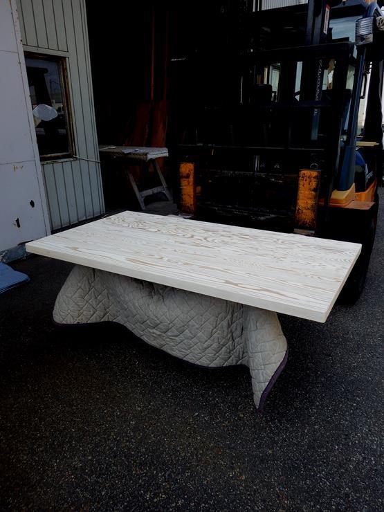 杉 長さ1493ミリ×幅818ミリ×厚さ43ミリ テーブル天板です。7枚の杉を接(は)ぎ合わせてあります。白の自然塗料を下塗りしクリアーの自然塗料で仕上げてあります。この商品は送料は別途とさせていただきます。お問合せください。