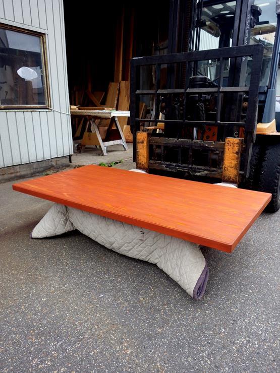 杉 長さ1628ミリ×幅828ミリ×厚さ42ミリ テーブル天板です。7枚の杉を接(は)ぎ合わせてあります。赤胴色の自然塗料を下塗りしクリアーの自然塗料で仕上げてあります。この商品は送料は別途とさせていただきます。お問合せください。