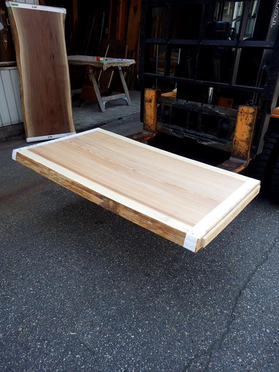 杉 長さ1400ミリ×幅780ミリ×厚さ60ミリ 耳付きの板です。幅方向にほんの少し反りがあります。座卓やローテーブルなどに使えそうです。この商品は送料は別途とさせていただきます。お問合せください。