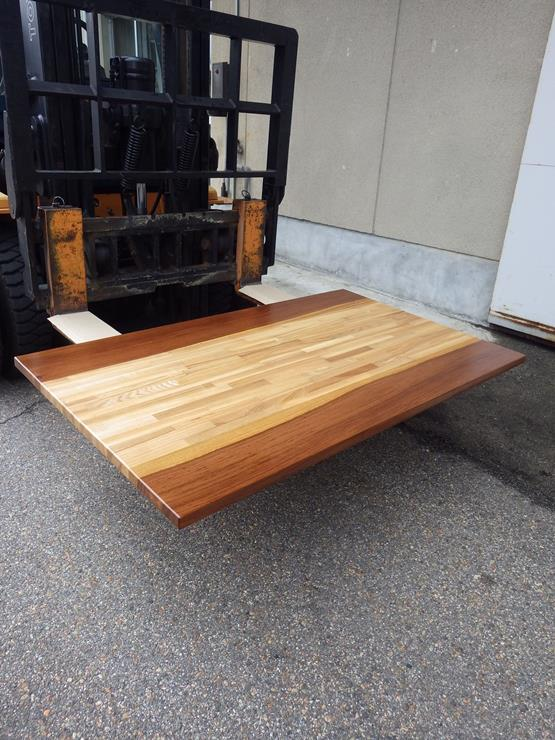 ウェンジュ テーブル天板 長さ1385ミリ×幅835ミリ×厚さ30ミリ タモの積層材をウェンジュで挟んだテーブルの天板です。ラッカ仕上げです。この商品は送料は別途とさせていただきます。お問合せください。